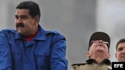Los presidentes de Cuba y Venezuela, Raúl Castro (d) y Nicolás Maduro (i), respectivamente, durante el desfile por el día de los trabajadores en La Habana (Cuba).