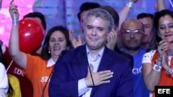 El candidato del partido Centro Democrático, Iván Duque, saluda a sus seguidores tras ganar la primera vuelta de las elecciones presidenciales en Colombia. Duque, y el izquierdista Gustavo Petro disputarán la segunda vuelta el 17 de junio.