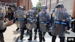 La policía estatal de Virginia contiene a la multitud en Charlottesville luego de que el supremacista blanco Jason Kessler fuera expulsado de una conferencia de prensa en el Ayuntamiento de la ciudad.
