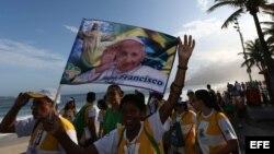 Peregrinos cantan por la playa de Ipanema en Río de Janeiro (Brasil), durante los preparativos de la XXVIII Jornada Mundial de la Juventud (JMJ) queeste lunes con la presencia del papa Francisco en esta ciudad hasta 28 de julio.