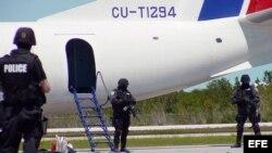 Rehenes del avión secuestrado en La Habana fueron liberados por el equipo SWAT de Estados Unidos, tras el aterrizaje en el aeropuerto internacional de Key West, Florida. Archivo.