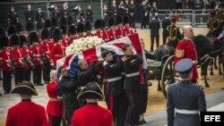 Varios oficiales cargan a hombros el ataúd de la ex primera ministra británica Margaret Thatcher por la escalinata que conduce a la catedral de San Pablo hoy, miércoles 17 de abril de 2013 antes de su funeral en Londres (Reino Unido).