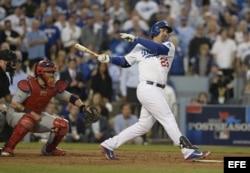 El jugador de los Dodgers de Los Ángeles, Adrián González (d), batea un doble contra los Cardenales de San Luis.