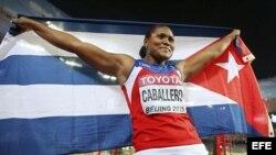 Denia Caballero celebra su victoria en la final de lanzamiento de disco femenino.