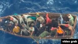 El grupo de cubanos que fue rescatado por un crucero.