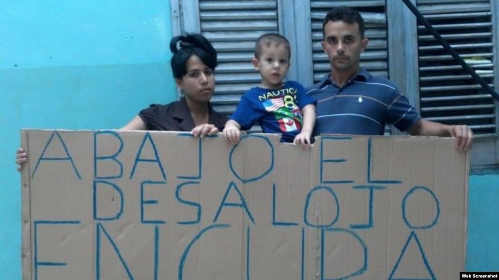 El pastor, Yiorvis Bravo Denis y su familia, amenazados con el desalojo de su vivienda.