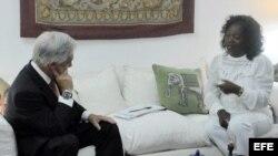 """Sebastián Piñera, mientras se reúne con la líder del grupo disidente cubano """"Damas de Blanco"""", Berta Soler."""