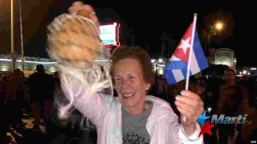 """Con banderas cubanas, gritos de """"Cuba Libre"""", golpes de cazuelas, improvisadas congas y el himno nacional cubano, decenas de cubanos celebraron la muerte de Fidel Castro."""