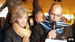 El portavoz del Observatorio Cubano de Derechos Humanos, Alejandro González (d), y la presidenta del Observatorio, Elena Larreanda. EFE/Manuel H. de Leon