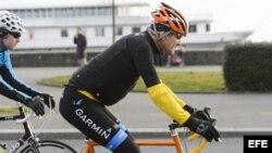 Kerry se pasea en bicicleta en Suiza.