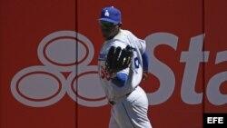 Yasiel Puig de Dodgers tras atrapar una bola bateada por Gregor Blanco de Gigantes.