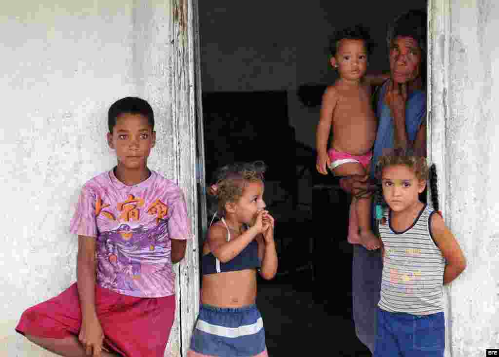 Varios niños en el municipio de Manzanillo de la oriental provincia de Granma (Cuba).