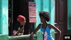 Dos mujeres hablan por la ventana de en cafetería pequeña hoy, viernes 19 de diciembre de 2014, en La Habana (Cuba).