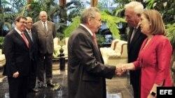 Raúl Castro (c) quien saluda al ministro español de Asuntos Exteriores funciones, José Manuel García-Margallo (2d) y a la ministra española de Fomento en funciones, Ana Pastor.