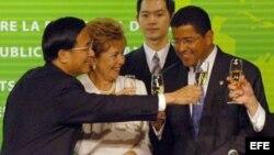 Chen Shui-Bien brinda con el ex presidente de El Salvador, Francisco Flores.