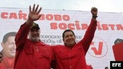 Fotografía cedida el 6 de octubre de 2008, por el Palacio de Miraflores del presidente de Venezuela, Hugo Chávez (d), al lado del candidato a la gobernación del estado Carabobo por el PSUV Mario Silva (i), durante un acto de campaña electoral.