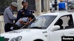 """Archivo - La policía en La Habana detiene a """"'Omar"""", un cubano que cobra a los turistas por retratarse con él."""