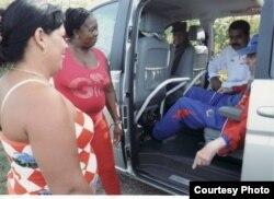 """De paseo con Maduro a bordo de su Mercedes Viano, El ex gobernante cubano """"interroga"""" a dos vecinas."""
