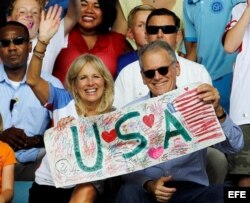 La esposa del vicepresidente de EEUU, Joe Biden, Jill Biden (i), junto al Embajador de EEUU en Cuba, Jeffrey De Laurentis(d).