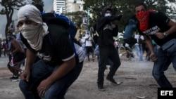Estudiantes se enfrentan a miembros de la Policía Nacional Bolivariana.