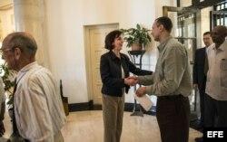 La secretaria de Estado adjunta para Asuntos del Hemisferio Occidental, Roberta Jacobson, conversa con José Daniel Ferrer.