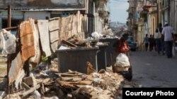 """Los habaneros han vivido """"durante decenios rodeados de basura, que no siempre es recogida a diario"""" (Juan Suárez, Havana Times)."""