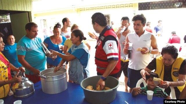Migrantes cubanos acuden a almorzar en uno de los albergues habilitados por Costa Rica.