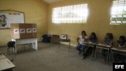 Ciudadanos votan en Maracaibo