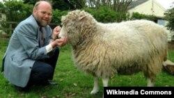 La oveja Dolly junto a su creador, Ian Wilmut.
