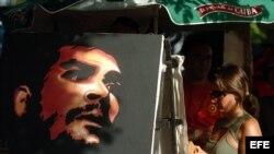 Turistas compran pinturas en La Habana, una de ellas con la imagen del Che Guevara.