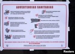 Estas advertencias en una bodega omiten que son para prevenir el cólera (cliquee para ampliar).