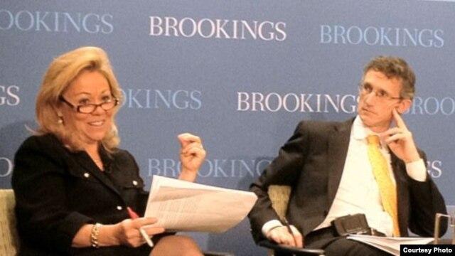 Ted Piccone (d) y la embajadora estadounidense Eileen Chamberlain Donahoe