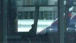 Continúa Edward Snowden en el aeropuerto de Moscú