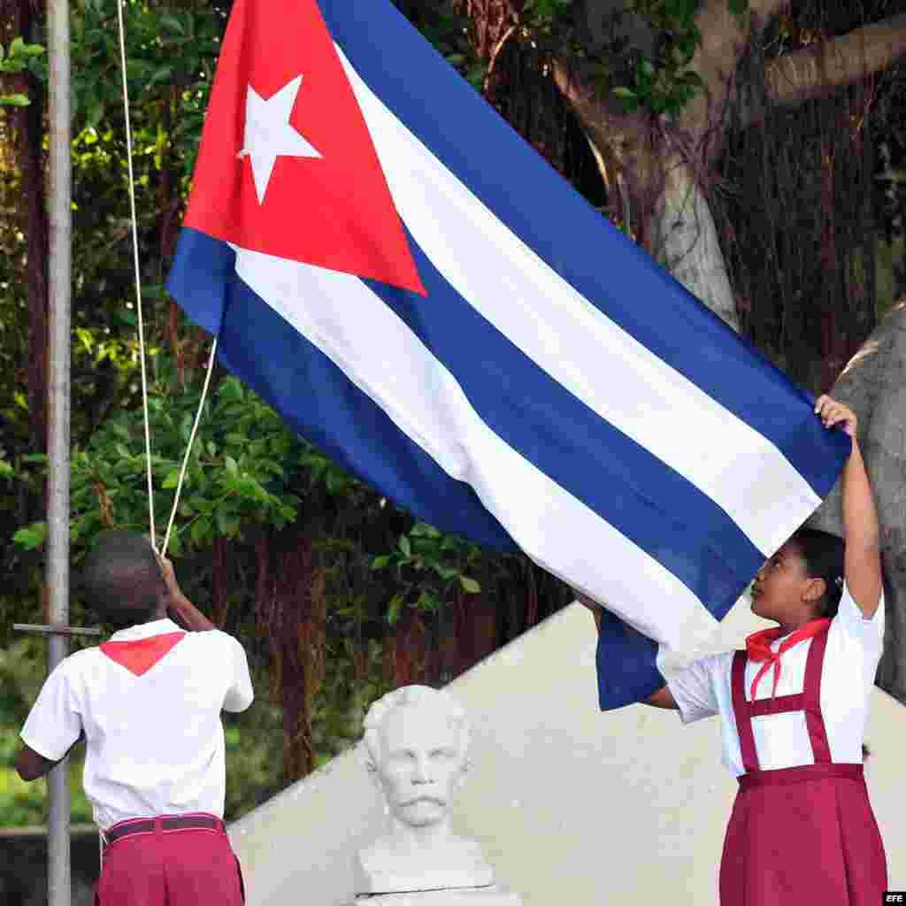 """Cada mañana luego de izar la bandera, los niños deben repetir el tema """"Pioneros por el comunismo. Seremos como el Che."""""""