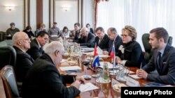 Reunión de la senadora rusa Valentina Matvienko con Ricardo Cabrisas en Moscú.