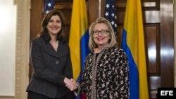 La secretaria de Estado de Estados Unidos, Hillary Clinton (d), saluda a la ministra de Exteriores colombiana, María Ángela Holguín (i), en el Departamento de Estado de Washington.