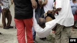Un hombre es arrestado el 20 de marzo de 2016, tras una marcha opositora en La Habana.