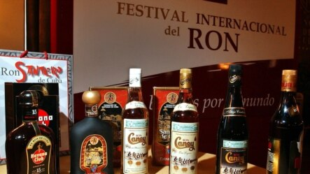 """Varias botellas de rones cubanos son expuestas hoy, martes 1 de junio, en un hotel de Cuba durante una conferencia para anunciar el próximo """"Festival Internacional del Ron""""."""