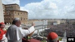 """El papa Francisco en su primer mensaje """"Urbi et Orbi"""" (a la ciudad y al mundo)."""