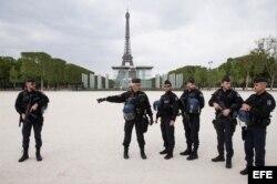 La policía parisina patrulla los Champs de Mars frente a la Torre Eiffel.