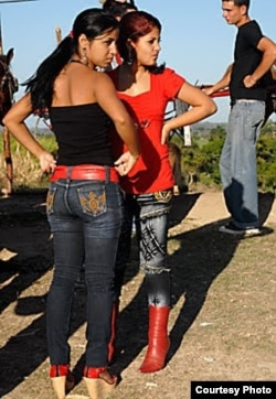 Muchachas vestidas al estilo de personajes de los narco-corridos. Cortesía Cubanet.