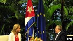 El mandatario Raúl Castro y la jefa de la diplomacia de la Unión Europea, Federica Mogherini, se reunieron en marzo del 2015 en La Habana.