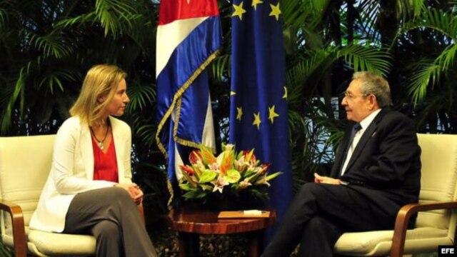 Imagen de la reunión sostenida entre Raúl Castro y la jefa de la diplomacia de la Unión Europea, Federica Mogherini.