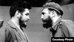 Guevara, en sus días de Ministro en Cuba, con Fidel Castro.