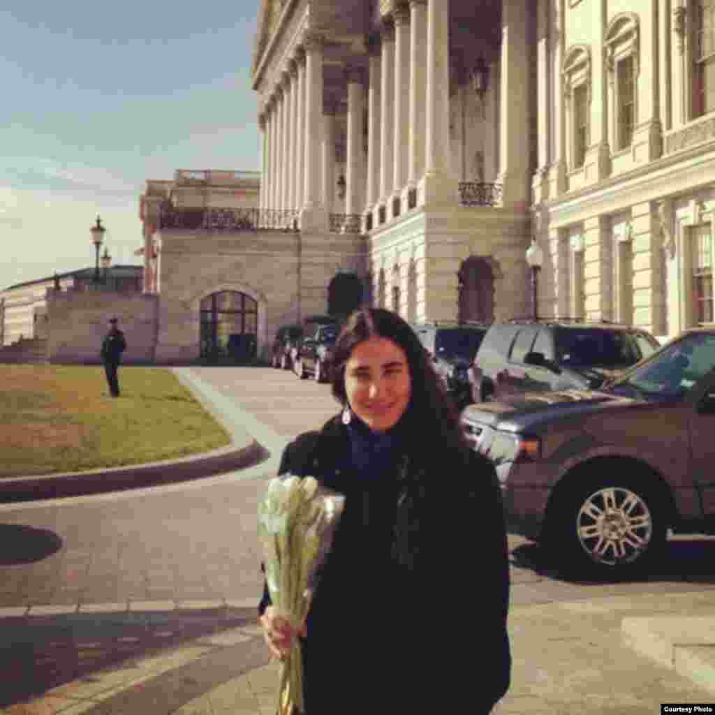 Yoani Sánchez en la entrada del Capitolio. Tomado del Twitter de Mario Díaz Balart.