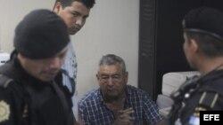 Autoridades guatemaltecas custodian al al presunto narcotraficante guatemalteco Waldemar Lorenzana Lima (c)