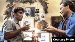 """Vladimir Cruz como David (izq) y Jorge Perugorría como Diego en """"Fresa y Chocolate""""."""