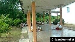 Estudiantes reciben clases en áreas abiertas. Foto Alex Verdecia.