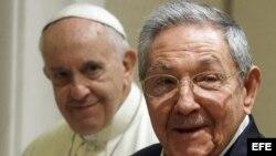 El papa Francisco y Raúl Castro.