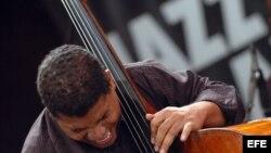 Un músico jazzista cubano en pleno concierto.